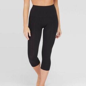 SPANX assets seamless capri leggings black